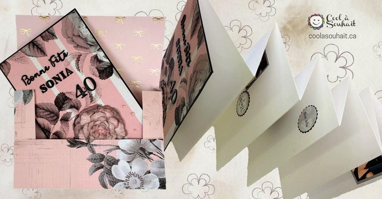 Une carte de souhait de style accordéon avec son enveloppe boîte fabriquées avec du papier cartonné.