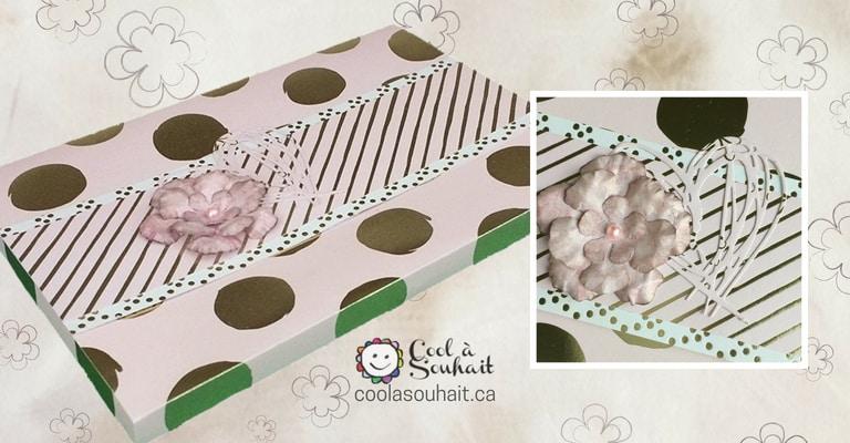 J'ai utilisé une fleur en papier fait main pour embellir mon enveloppe boite.