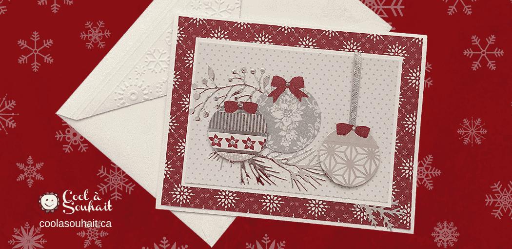 Cartes décorées de boules de Noël.